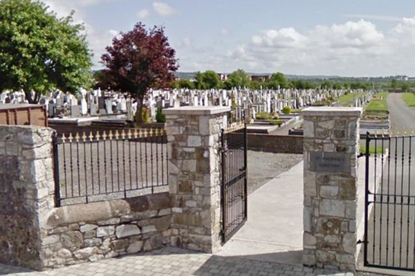 Nhức mắt cặp đôi diễn cảnh nóng ngay trong nghĩa trang, biết có người nhìn vẫn mặc kệ-2