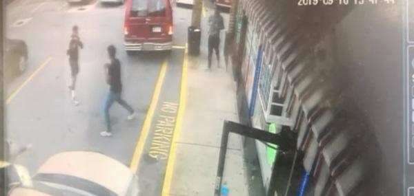 Cậu bé 16 tuổi bị đâm chết trong khi 50 thanh thiếu niên khác chỉ đứng quay phim, chụp hình-3