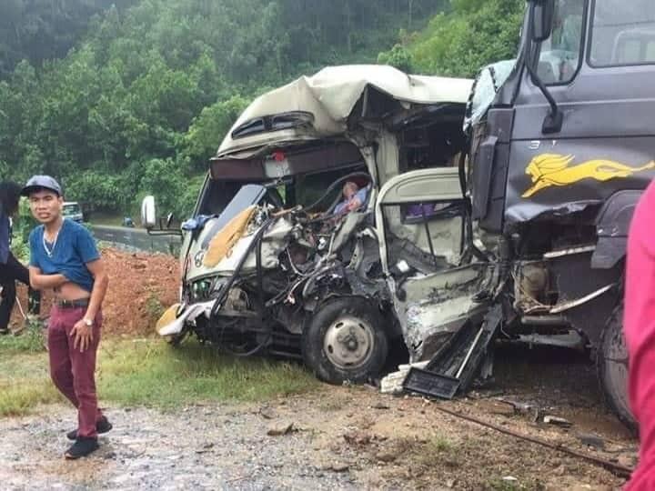 Xe khách đối đầu xe ben trên quốc lộ, 6 người nhập viện cấp cứu-1