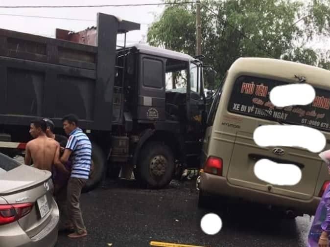 Xe khách đối đầu xe ben trên quốc lộ, 6 người nhập viện cấp cứu-2
