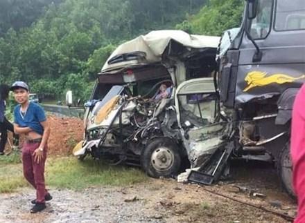 Xe khách đối đầu xe ben trên quốc lộ, 6 người nhập viện cấp cứu