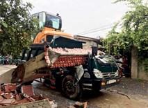 Xe tải kéo sập cổng chào thôn, tài xế bị đè chết trong cabin