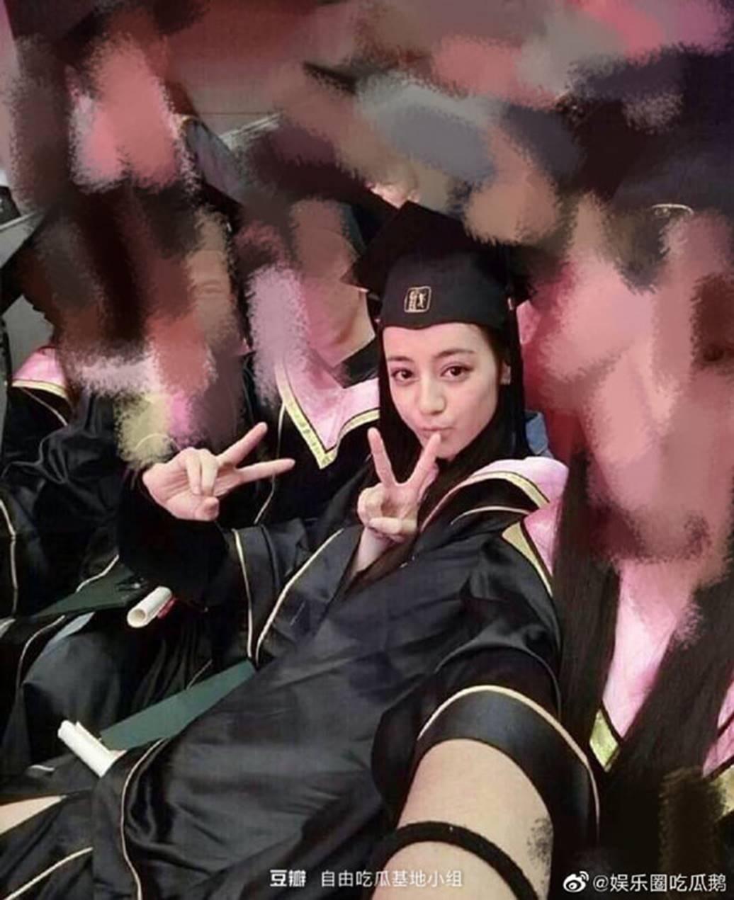 Lưu Diệc Phi và dàn sao Hoa ngữ ngố tàu khi mặc đồng phục tốt nghiệp-1