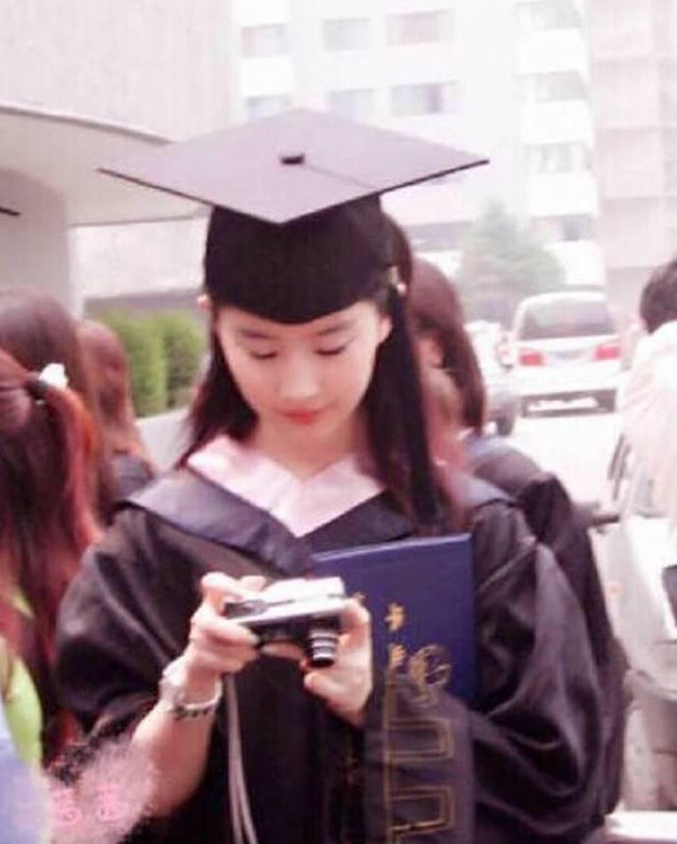 Lưu Diệc Phi và dàn sao Hoa ngữ ngố tàu khi mặc đồng phục tốt nghiệp-6