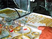 Táo tợn xịt hơi cay vào mặt vợ chồng chủ tiệm, dùng búa đập tủ kính cướp vàng
