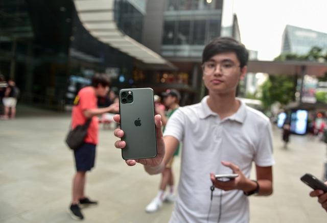 Các Youtuber Việt Nam đua nhau review iPhone 11 ngay và luôn tại Apple Store Singapore-1