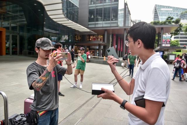 Các Youtuber Việt Nam đua nhau review iPhone 11 ngay và luôn tại Apple Store Singapore-4