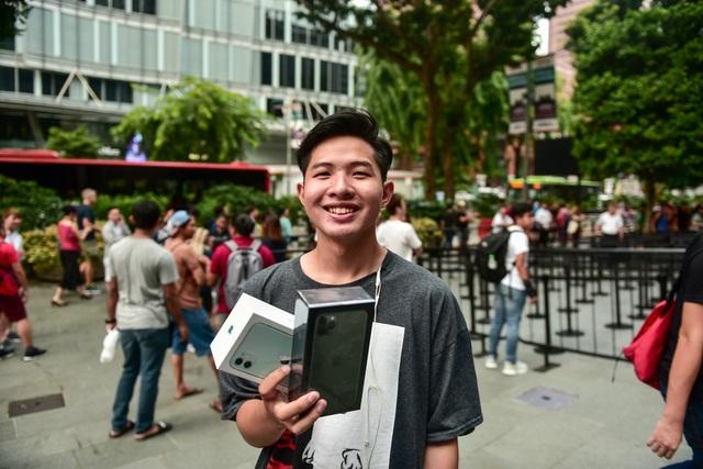 Các Youtuber Việt Nam đua nhau review iPhone 11 ngay và luôn tại Apple Store Singapore-2