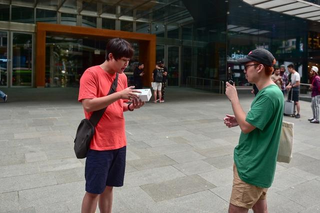 Các Youtuber Việt Nam đua nhau review iPhone 11 ngay và luôn tại Apple Store Singapore-3