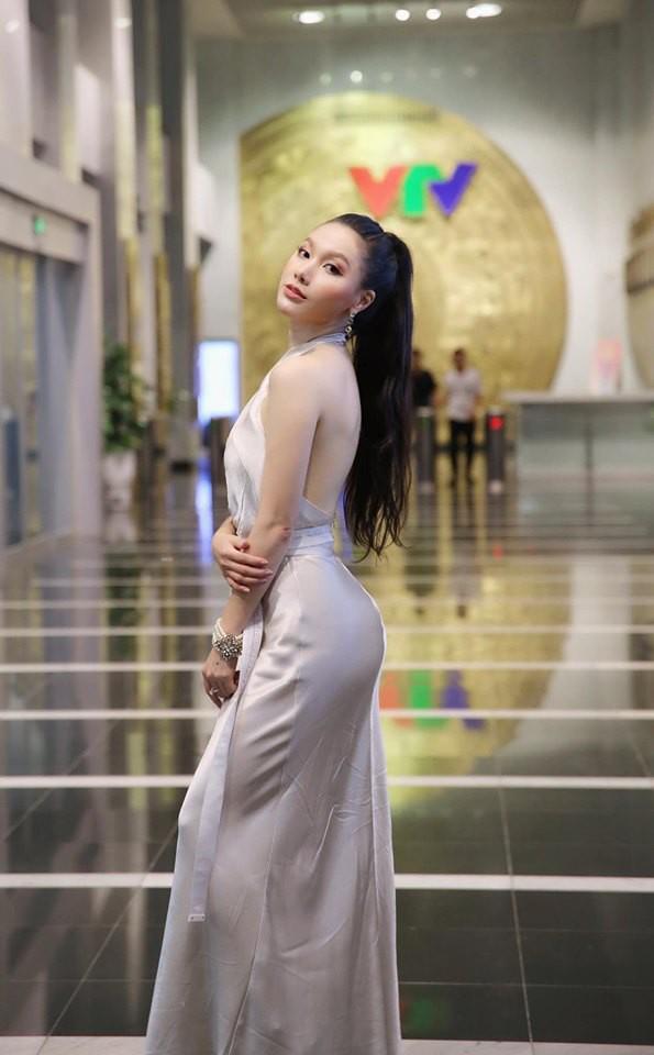 Cận cảnh vòng eo 55cm đầy gợi cảm của MC VTV Minh Hà-6