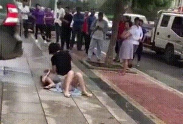 Bất ngờ gặp tiểu tam đi trên đường, vợ lao vào đánh ghen khiến dân mạng khiếp sợ-2