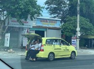 """Taxi 7 chỗ """"nhồi"""" 11 người, 3 người ngồi cốp xe như 'làm xiếc'"""