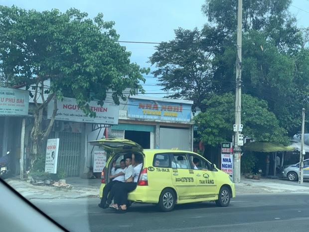 """Taxi 7 chỗ nhồi"""" 11 người, 3 người ngồi cốp xe như làm xiếc-1"""
