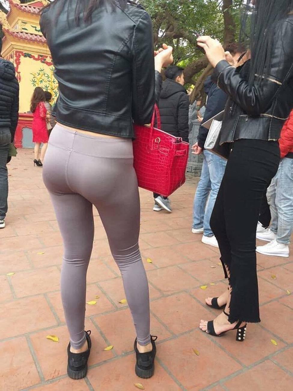 """Vô tư diện quần ôm, cô gái không ngờ chính bác mặt trời"""" lại khiến vòng 3 của mình trở thành tâm điểm của người đi đường-3"""