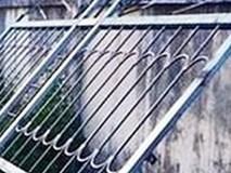 Bị cổng sắt đè lên người, bé trai 3 tuổi tử vong