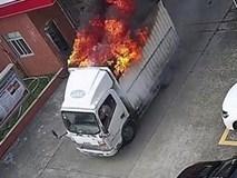 Clip: Tài xế nhanh trí lái xe tải đang bốc cháy vào trạm cứu hỏa