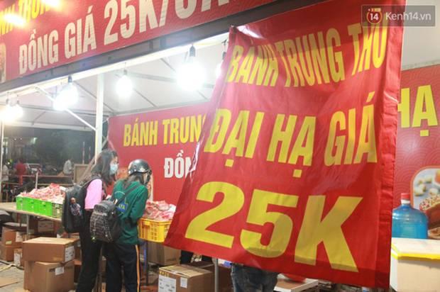 Một tuần sau Rằm tháng 8, người Hà Nội vẫn đội mưa mua bánh trung thu đại hạ giá-2