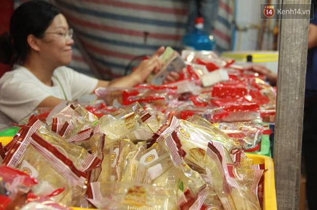 Một tuần sau Rằm tháng 8, người Hà Nội vẫn đội mưa mua bánh trung thu đại hạ giá-3
