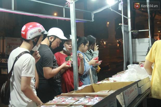 Một tuần sau Rằm tháng 8, người Hà Nội vẫn đội mưa mua bánh trung thu đại hạ giá-11