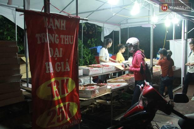 Một tuần sau Rằm tháng 8, người Hà Nội vẫn đội mưa mua bánh trung thu đại hạ giá-12