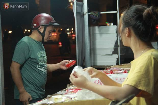 Một tuần sau Rằm tháng 8, người Hà Nội vẫn đội mưa mua bánh trung thu đại hạ giá-13