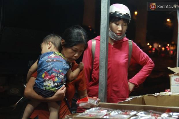 Một tuần sau Rằm tháng 8, người Hà Nội vẫn đội mưa mua bánh trung thu đại hạ giá-14
