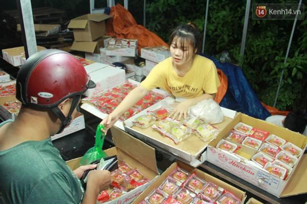 Một tuần sau Rằm tháng 8, người Hà Nội vẫn đội mưa mua bánh trung thu đại hạ giá-15