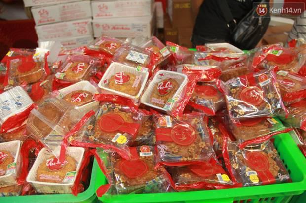 Một tuần sau Rằm tháng 8, người Hà Nội vẫn đội mưa mua bánh trung thu đại hạ giá-4
