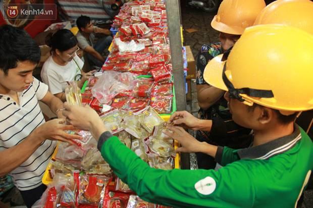 Một tuần sau Rằm tháng 8, người Hà Nội vẫn đội mưa mua bánh trung thu đại hạ giá-5