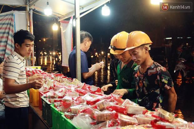 Một tuần sau Rằm tháng 8, người Hà Nội vẫn đội mưa mua bánh trung thu đại hạ giá-6