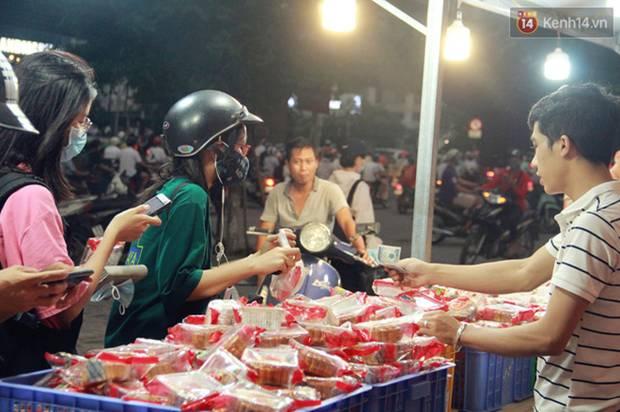Một tuần sau Rằm tháng 8, người Hà Nội vẫn đội mưa mua bánh trung thu đại hạ giá-7