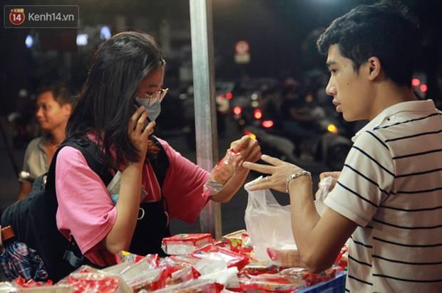 Một tuần sau Rằm tháng 8, người Hà Nội vẫn đội mưa mua bánh trung thu đại hạ giá-8