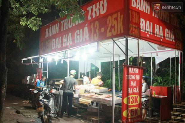 Một tuần sau Rằm tháng 8, người Hà Nội vẫn đội mưa mua bánh trung thu đại hạ giá-9