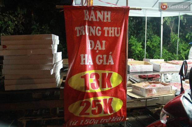 Một tuần sau Rằm tháng 8, người Hà Nội vẫn đội mưa mua bánh trung thu đại hạ giá-10