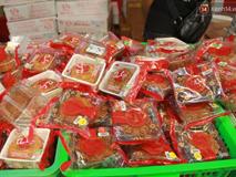 Một tuần sau Rằm tháng 8, người Hà Nội vẫn đội mưa mua bánh trung thu đại hạ giá