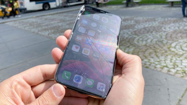 Màn hình iPhone 11 Pro vỡ nát sau cú rơi nhẹ bên thềm Apple Store-1