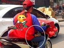Giữa trưa nắng, nữ shipper kẹp đứa bé trước bụng khiến người phụ nữ đuổi theo bằng được