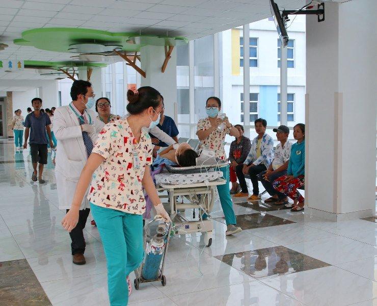 Bé gái 11 tuổi bị container tông, hơn 20 bác sĩ khẩn trương chiến đấu với thần chết-1