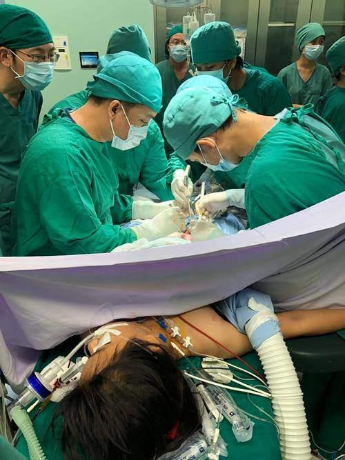 Bé gái 11 tuổi bị container tông, hơn 20 bác sĩ khẩn trương chiến đấu với thần chết-2