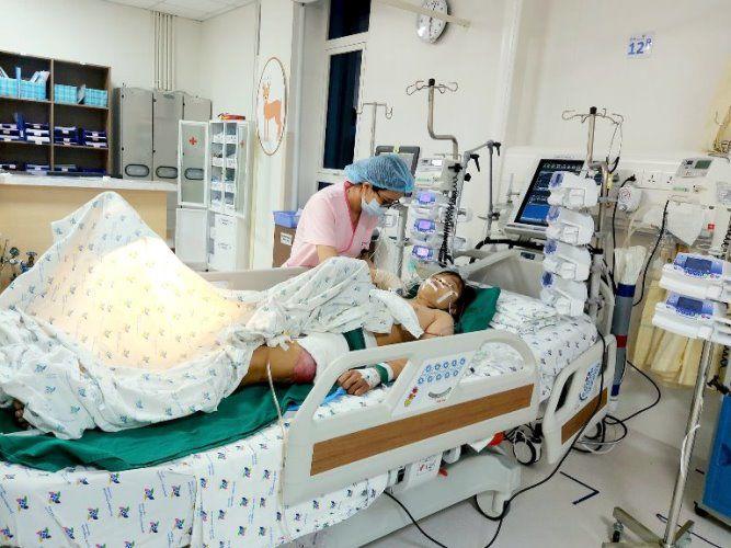 Bé gái 11 tuổi bị container tông, hơn 20 bác sĩ khẩn trương chiến đấu với thần chết-3