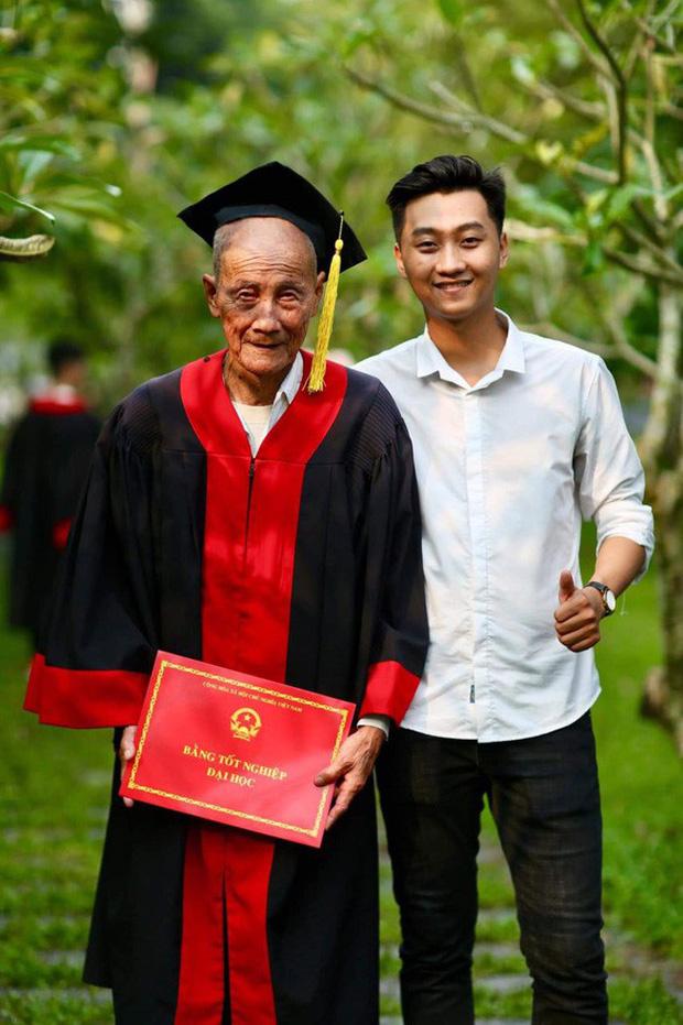 Nghẹn ngào clip cháu trai mặc áo cử nhân cho ông nội trong ngày tốt nghiệp, cụ ông móm mém cười trong hạnh phúc-1