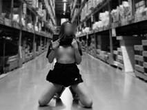 Thản nhiên vén áo khoe ngực trong siêu thị, cô gái bị dân tình chỉ trích thậm tệ