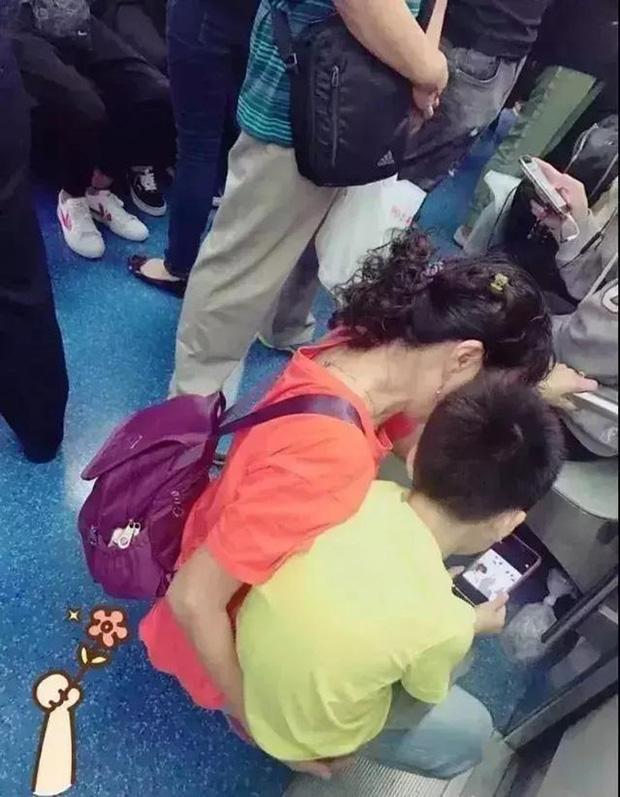 Cậu bé nghịch ngợm ấn đồng loạt các tầng thang máy, hành động sau đó của phụ huynh khiến dân mạng tán thưởng không ngớt-5