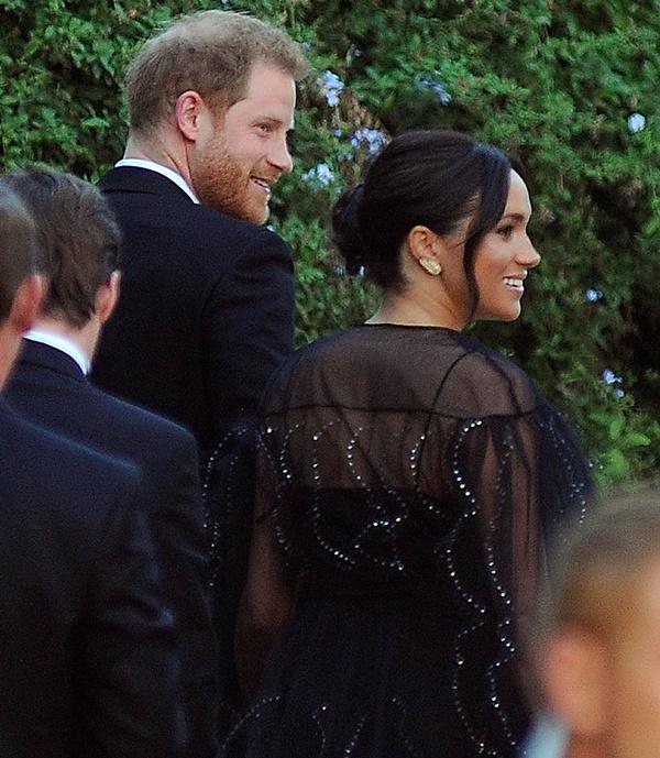 Meghan Markle vội vã quay về Anh, trở thành khách mời kém duyên nhất khi mặc đồ đen đi đám cưới, chiếm hết spotlight của cô dâu chú rể-3