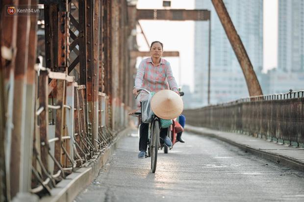Chùm ảnh: Ngày cuối tuần, nhiều người dân Hà Nội đổ ra đường để hít hà tiết trời trong trẻo của mùa Thu-1