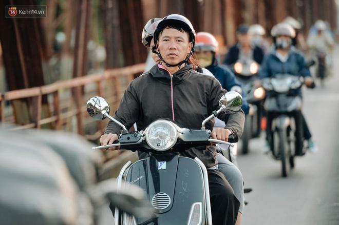 Chùm ảnh: Ngày cuối tuần, nhiều người dân Hà Nội đổ ra đường để hít hà tiết trời trong trẻo của mùa Thu-2