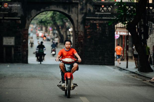 Chùm ảnh: Ngày cuối tuần, nhiều người dân Hà Nội đổ ra đường để hít hà tiết trời trong trẻo của mùa Thu-13