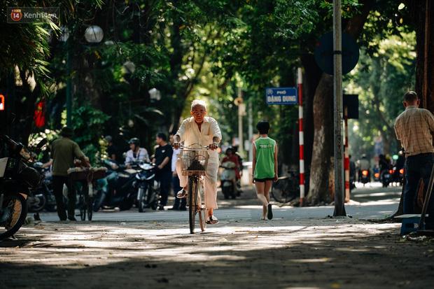 Chùm ảnh: Ngày cuối tuần, nhiều người dân Hà Nội đổ ra đường để hít hà tiết trời trong trẻo của mùa Thu-5