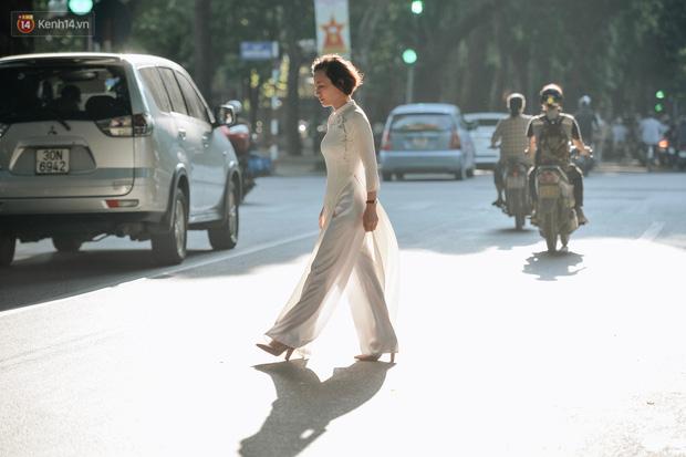 Chùm ảnh: Ngày cuối tuần, nhiều người dân Hà Nội đổ ra đường để hít hà tiết trời trong trẻo của mùa Thu-6