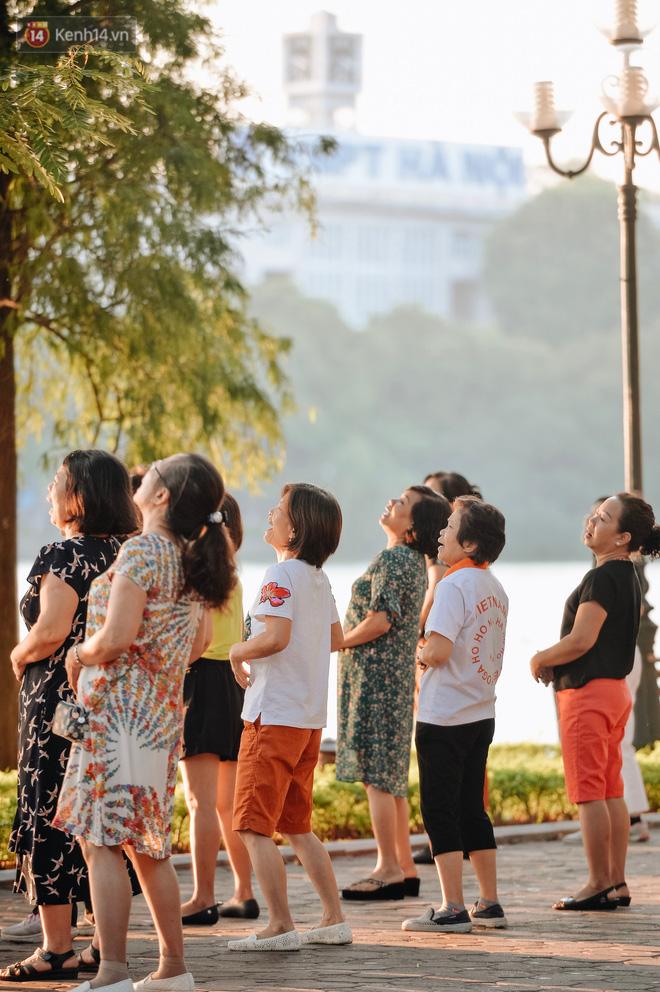 Chùm ảnh: Ngày cuối tuần, nhiều người dân Hà Nội đổ ra đường để hít hà tiết trời trong trẻo của mùa Thu-8
